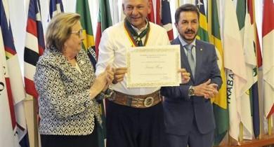 Empresário Luciano Hang, da Havan, é distinguido com a Medalha do Mérito Farroupilha