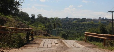 transito-e-interrompido-em-ponte-no-vale-dos-vinhedos-para-obras
