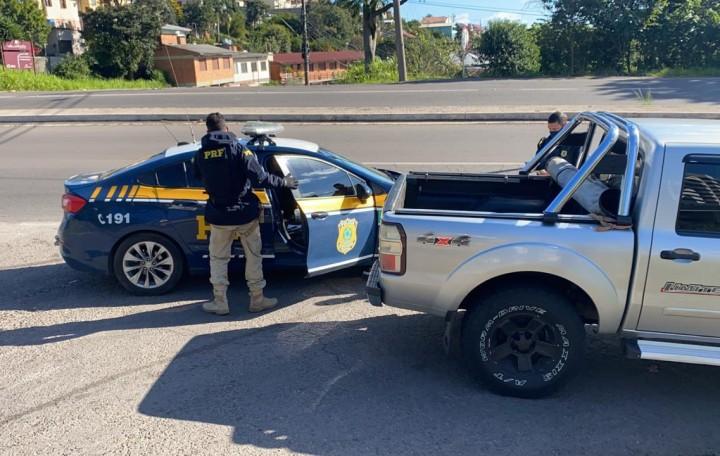 Homem foragido por porte ilegal de arma é preso pela PRF, em Bento